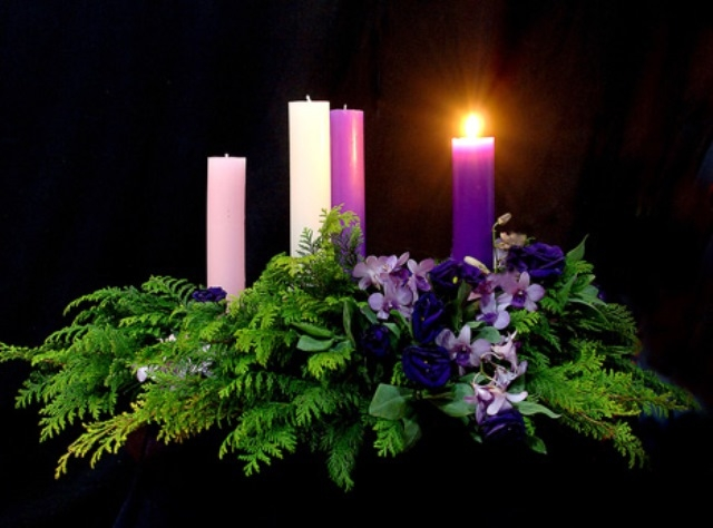 Lá mùa vọng, thường được tết thành vòng tròn, làm bằng những cành lá xanh mướt, được đặt trên bàn hoặc treo lên cao để tất cả mọi người trông thấy.