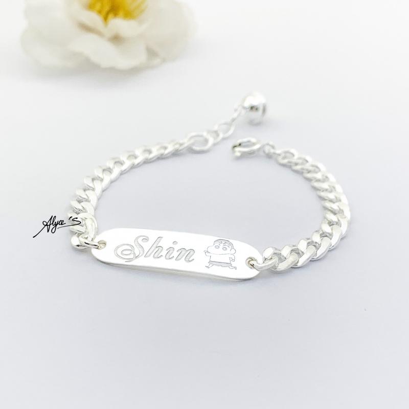 Bạn có thể tặng cho bé một chiếc vòng bằng bạc giúp trẻ tránh gió đảm bảo cho sức khỏe của bé