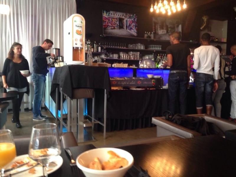 Voulez-Vous Bar Café thuộc loại hình cafe bar, không gian được bày trí giản dị, không cầu kì, nhưng mà nhờ các bày trí đó nên quán khá là sang trọng.