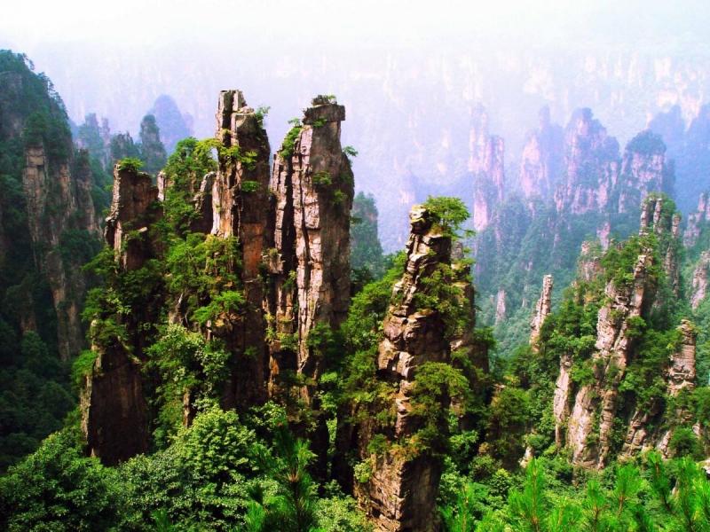 Những ngọn núi cao chập chùng ở Vũ Lăng Nguyên