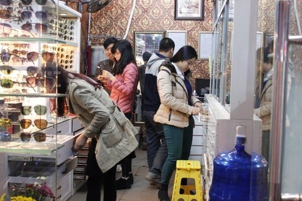 Một góc cửa hàng và lượng khách hàng đông đảo tại shop