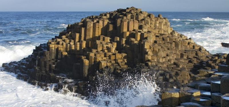 Những cột đá bazan khổng lồ ở bờ biển Giant Causeway