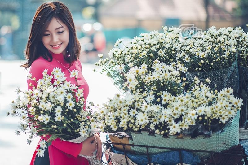 Hanoi girls with elegant and polite dress