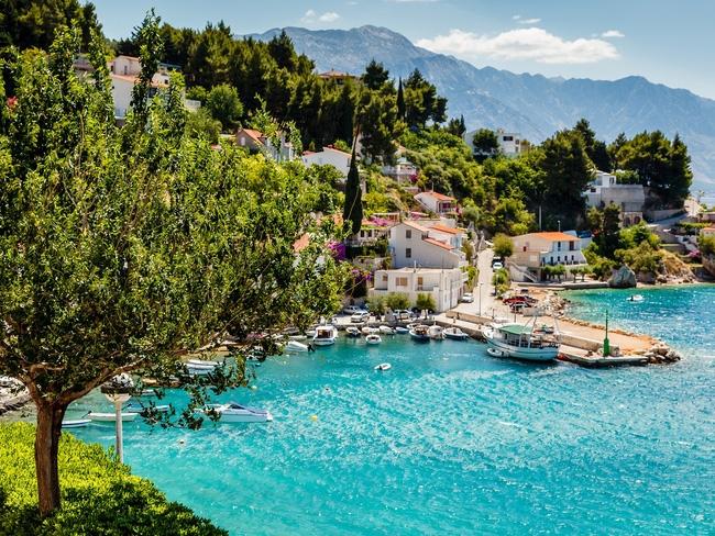 Bến cảng với nước trong xanh