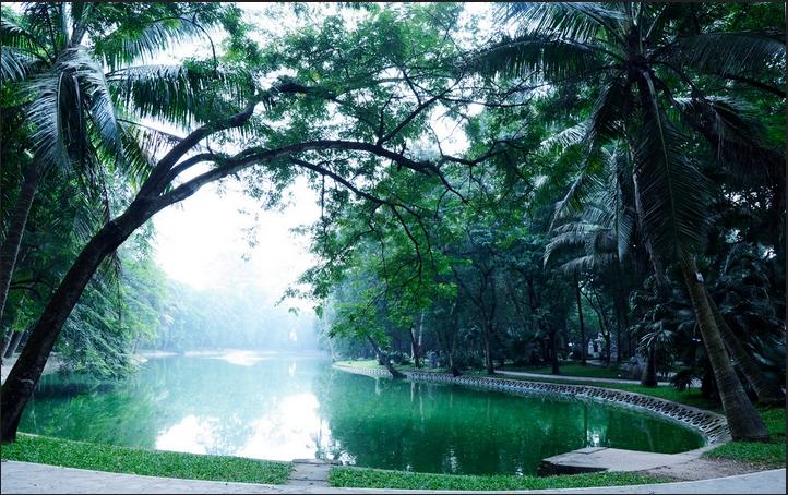 Hồ nước điều hòa không khí trong lành trong công viên
