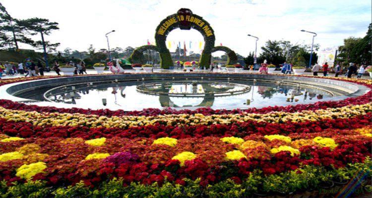 Cổng chào vườn hoa trung tâm nơi đầu tiên du khách vừa xuống xe