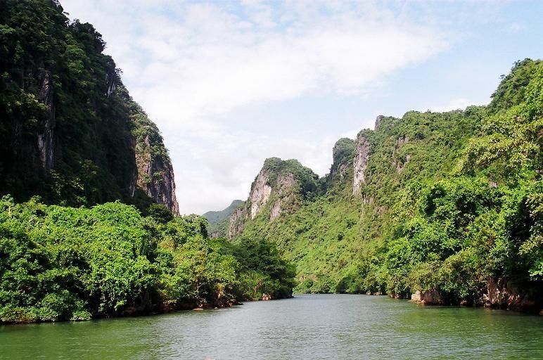 Trải qua các thời kỳ kiến tạo, các pha chuyển động bị đứt gãy đã tạo nên hàng trăm hang động, cùng các con sông ngầm.