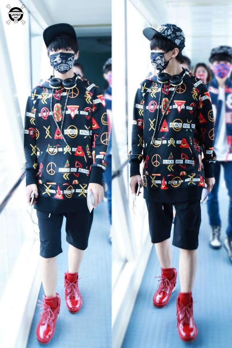 Vẻ đẹp trai của Vương Tuấn Khải khi ra sân bay, chiều cao này khiến bao chị em mê mệt.