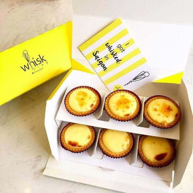Những chiếc bánh vàng ươm được xếp gọn gàng trong chiếc hộp xinh xắn