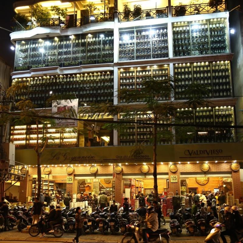 Toàn cảnh mặt tiền hoành tráng của showroom La Guyennoise tại Thái Hà