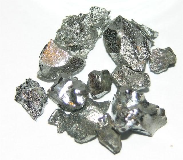Volfram là kim loại cứng, giòn và khó gia công.