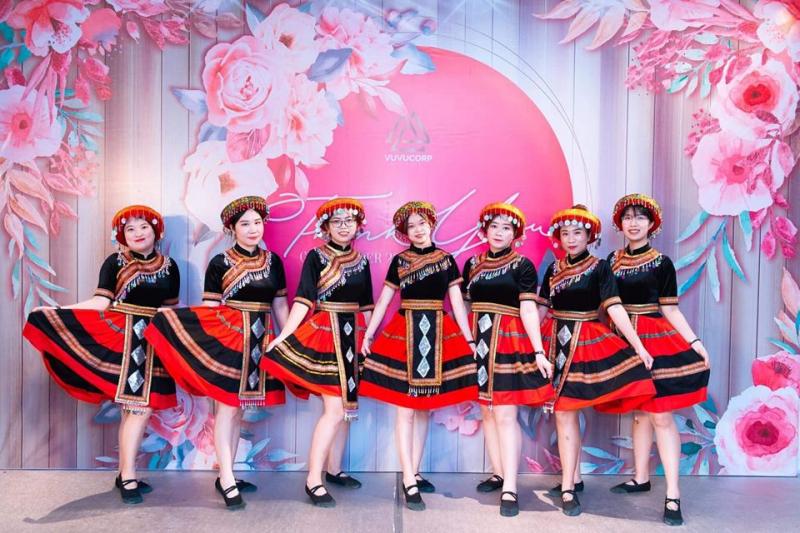 Trang phục biểu diễn Hà Lê