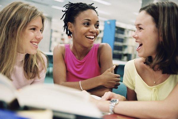 Xây dựng mối quan hệ tốt với bạn cùng lớp
