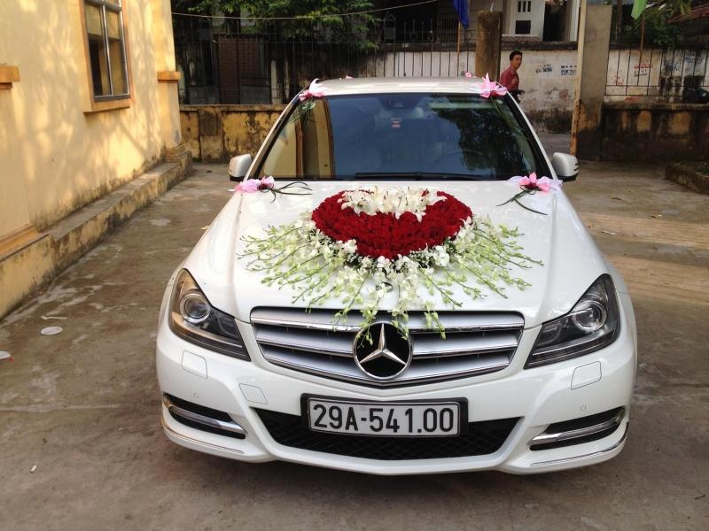 Xe cưới được trang trí bắt mắt