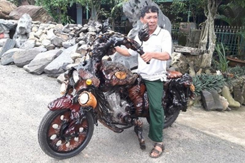 Xe mô tô chế bằng gốc cây