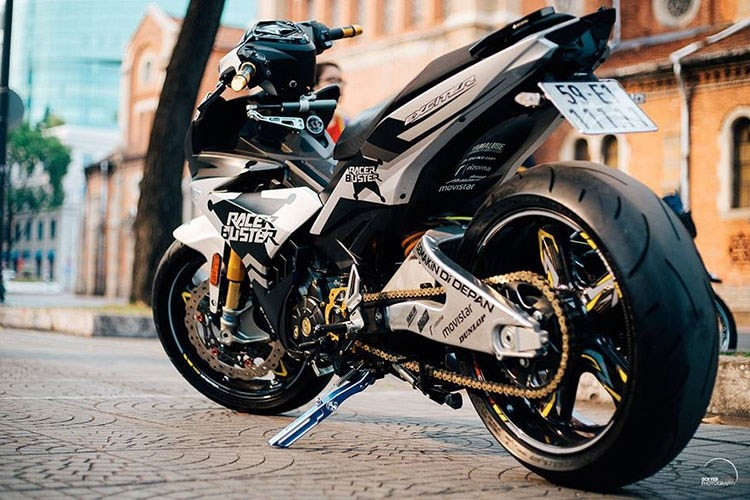 Yamaha Exciter 135 (độ) sử dụng động cơ 135 phân khối SOHC, xi-lanh đơn, làm mát bằng dung dịch, cho công suất tối đa 11,98 mã lực tại vòng tua máy 8.500 vòng/phút.