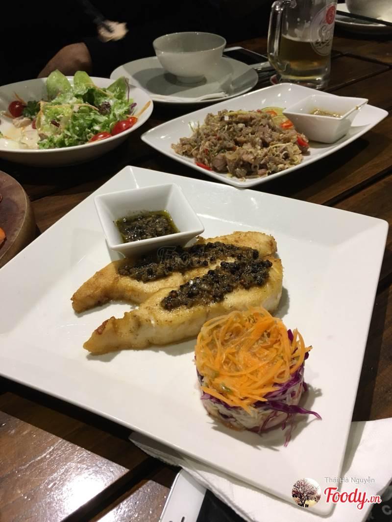 Bạn có thể gọi cho  nhóm mình salad, thịt quay, bò tái chanh, cá nướng, lẩu cho cuộc hẹn của các bạn.