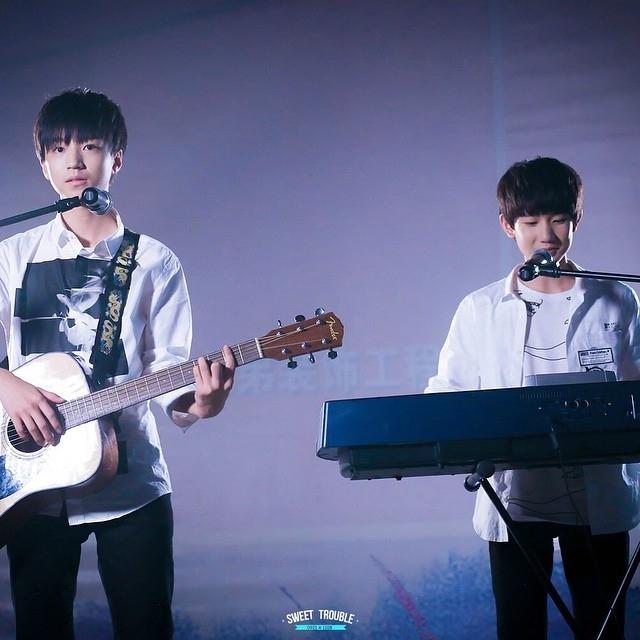 Hai ca sĩ trẻ tuổi Vương Tuấn Khải và Vương Nguyên đã cover ca khúc Xin chào, Ngày Mai khá xuất sắc.