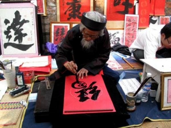 Các nét chữ được viết nắn nót bằng mực đen, trên giấy đỏ rất đẹp