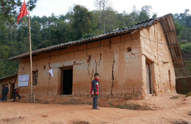 Các ngôi nhà được đắp chủ yếu bắng đất
