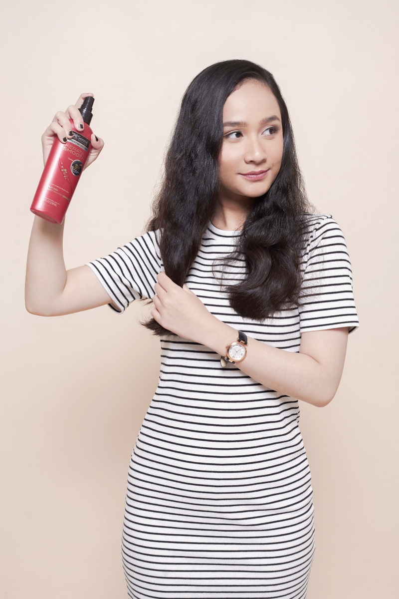 Xịt dưỡng tóc Tresemmé Keratin Smooth - Flat Iron Smoothing Spray