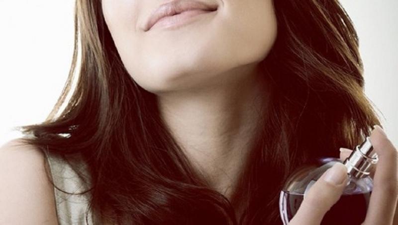 Xịt nước hoa lên tóc để lưu hương lâu hơn