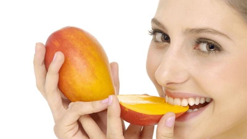 xoài còn chứa các chất chống oxy hóa rất mạnh từ đó giúp cho bạn có được làn da tươi trẻ và mịn màng, trị mụn rất tốt.