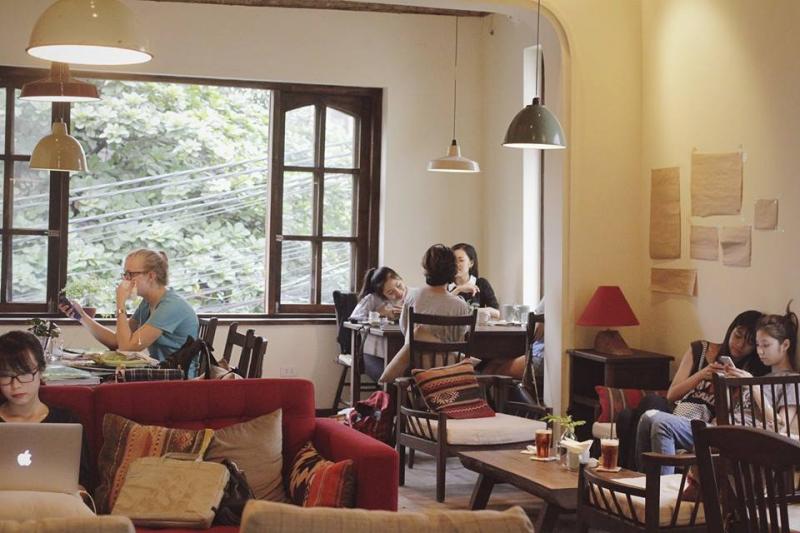 Xofa Cafe là nơi bạn có thể nghỉ ngơi, cũng là nơi bạn có thể cuộn tròn ôm gối trên xofa cảm nhận không khí khi Hà Nội trở gió.