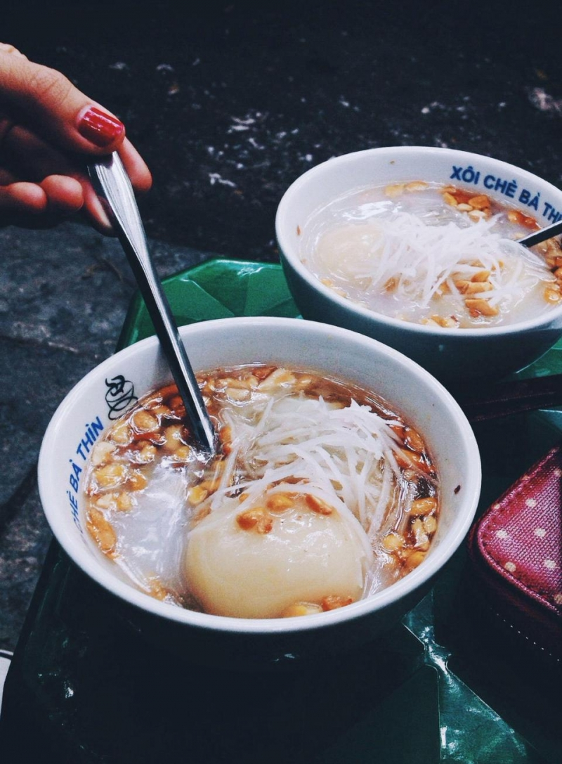 Xôi chè bà Thìn đã trở thành 1 thương hiệu quen thuộc của phố cổ Hà Nội