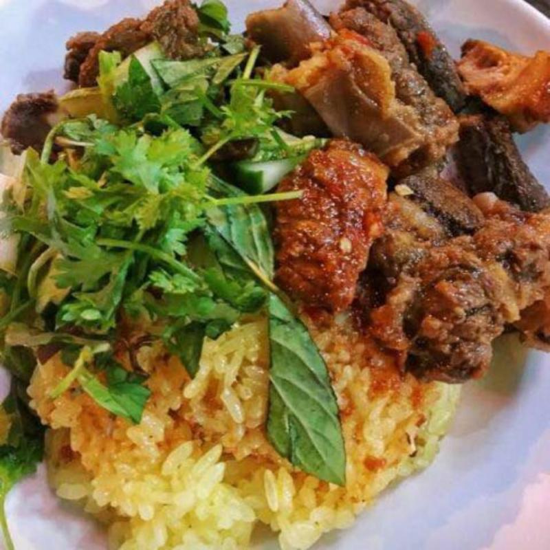Phần xôi thơm, dẻo, lượng xôi không quá nhiều đủ để no kết hợp cùng thực nhiều thịt thấm sốt cay, món ăn của quán vô cùng ngon miệng và độc đáo
