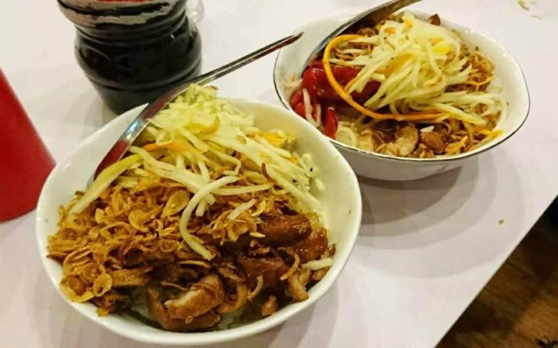 Xôi Lộc - Quán xôi thịt rán đông khách xếp hàng lúc đêm muộn