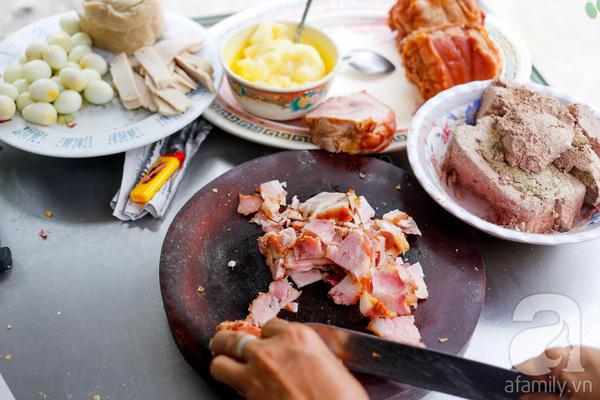 Ở Tám Cẩu chỉ có kiểu xôi mặn, ăn cùng pate, chà bông, trứng cút... và chan đều trong hành phi, mỡ hành.