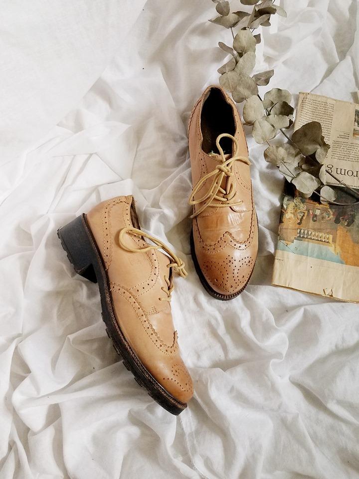 Những mặt hàng của shop đa phần là những mẫu giày second-hand nhưng lại được đánh giá là bền hơn cả những đôi giày mới mua ở chợ hay ở shop