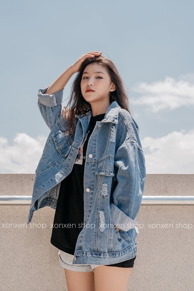 Shop lúc nào cũng đông khách tấp nập, nếu chịu khó lựa bạn có thể rinh về nhiều món đồ khá xinh, đặc biệt là đồ jean và áo pull