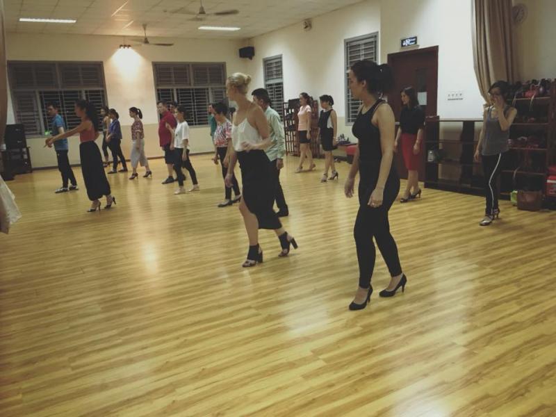 Nếu bạn yêu thích môi trường mới, con người mới thì hãy đến với Salsa Dance School