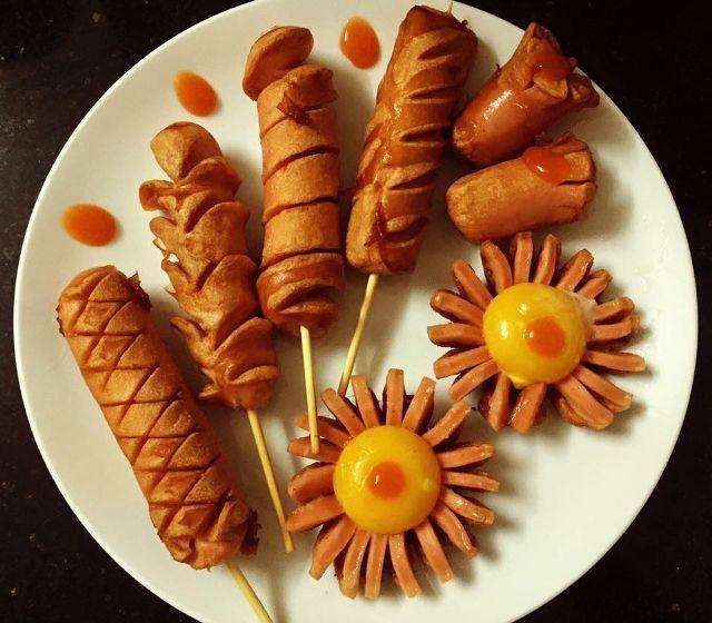 Sản phẩm được làm chủ yếu từ thịt lợn. Gia vị hoàn toàn được nhập khẩu từ Đức để đảm bảo hương vị truyền thống của Xúc xích Đức.
