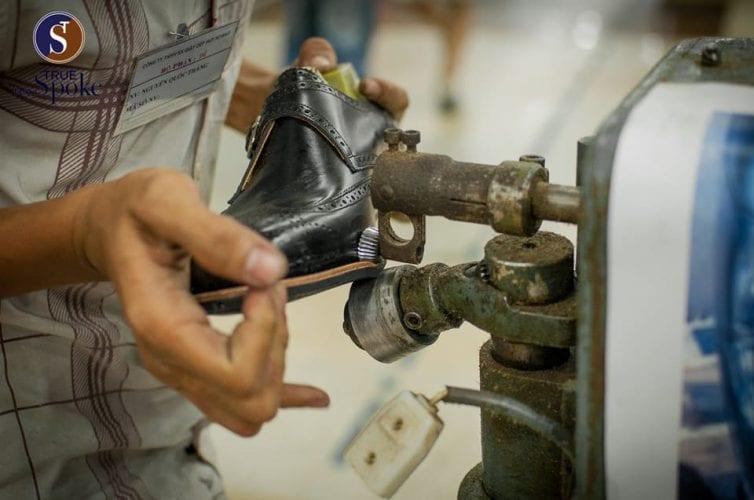 Xưởng đóng giày donggiay.com - Một trong những công đoạn để làm lên một đôi giày thủ công (Nguồn: Internet)