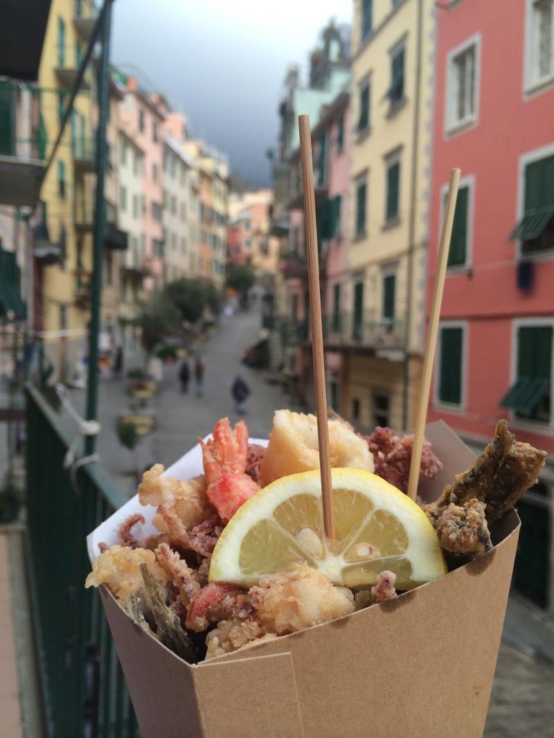 Đây là món Cuoppo Napoletano với hải sản chiên bột giòn và thêm một lát chanh thơm ngon dậy mùi.