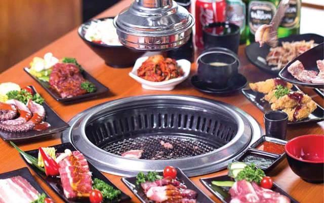 Bàn nướng Nhật Bản với những món thịt, hải sản tươi ngon