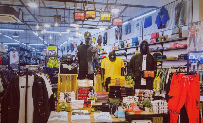 Yame chuyên bán quần áo, giày dép, ba lô, túi xách và một vài phụ kiện linh tinh khác với mức giá phù hợp với các bạn sinh viên