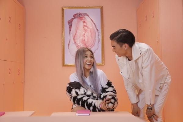 Một cảnh quay trong MV Yêu 5