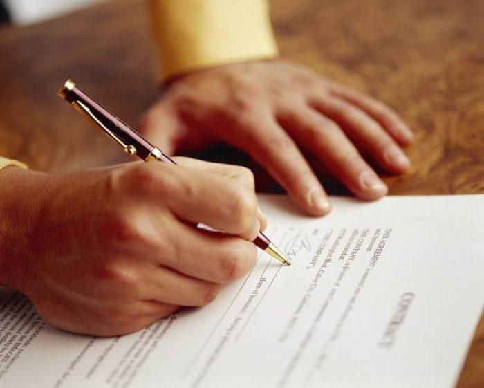 Xem kĩ hợp đồng thuê nhà