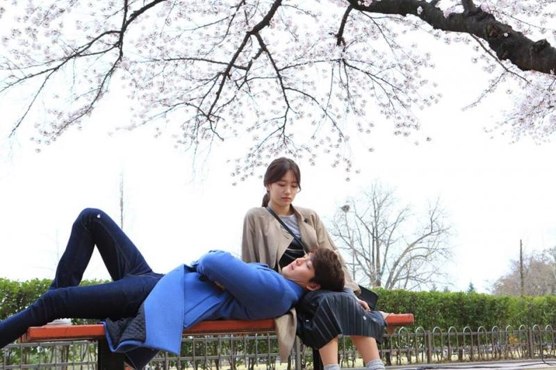 Cặp đôi Shin Joon Young và No Eul trong một cảnh phim lãng mạn