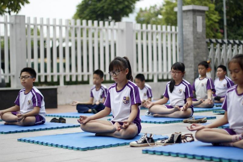 Học sinh thư giãn nhờ Yoga