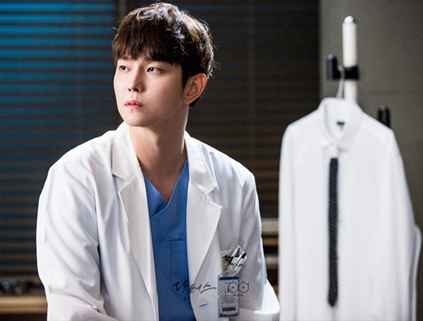 Kyun Sang điển trai trong tạo hình bác sĩ
