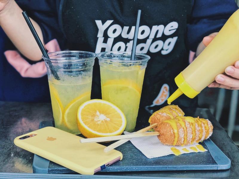 Những chiếc hotdog vàng ươm hấp dẫn cùng nước chanh vàng tươi