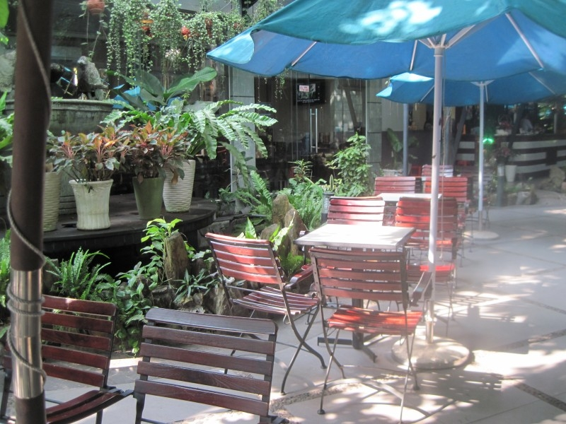 Nơi uống cafe ngoài trời của quán