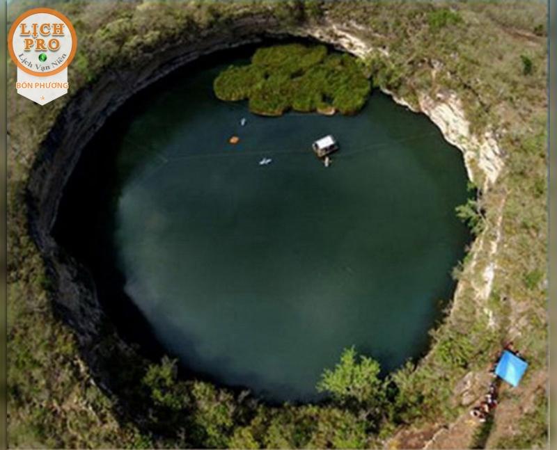 Hố có độ sâu 335m và nó là hố chìm chứa nước sâu nhất trên thế giới