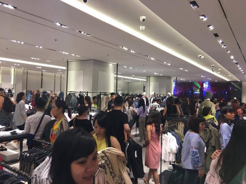 Không khí tấp nập trong ngày đầu khai trương cửa hàng Zara ở Việt Nam
