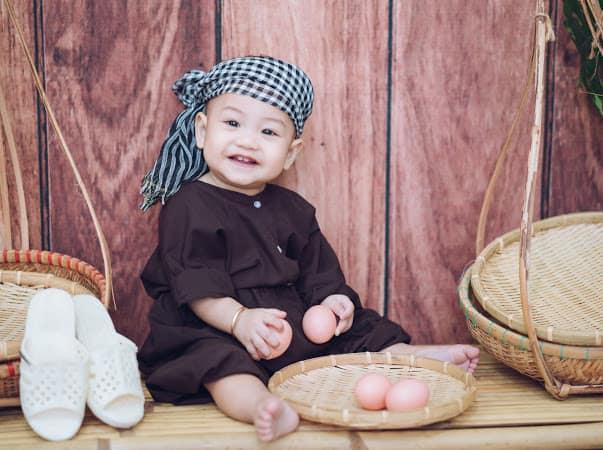 Khoảnh khắc của con vui vẻ và hạnh phúc bên concept ý nghĩa và đẹp